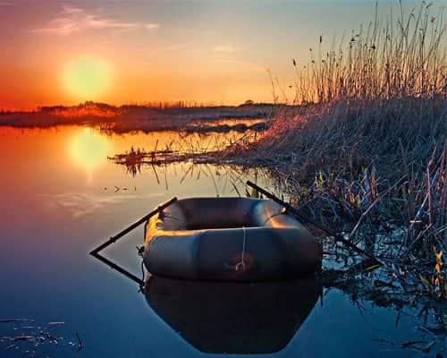Ловля мирной рыбы с лодки возле берега