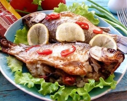 Запеченные караси с рисом и грибами