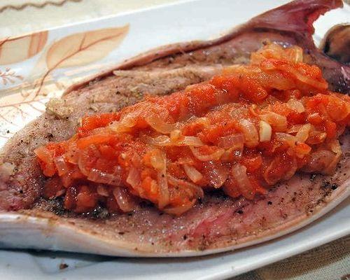 Усач с розмарином и овощами в сметанном соусе