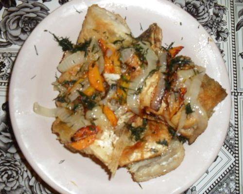 Жареный бёрш с морковью и луком