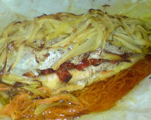 Морская форель, запечённая с овощами