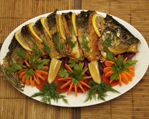 Карп, запечённый с овощами в духовке