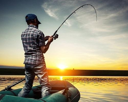 Летняя рыбалка с лодки: Правила безопасности для рыболовов