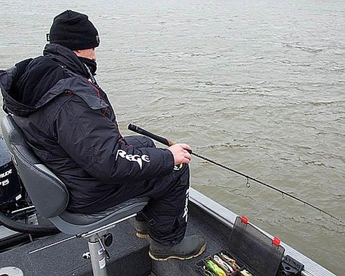 Ловля судака в отвес с лодки