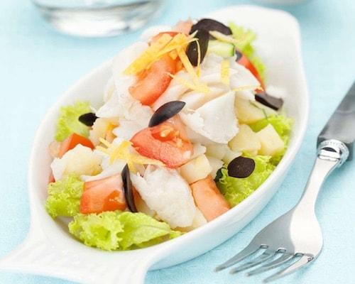 Салат из отварной рыбы с огурцами, томатами и картофелем