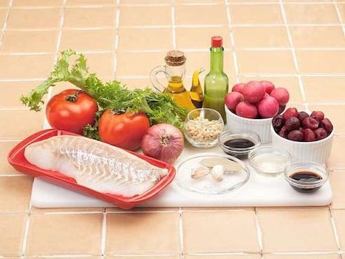 Продукты для рыбного салата с вишневым соусом