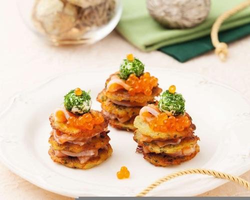 Картофельные оладьи с красной рыбой и икрой