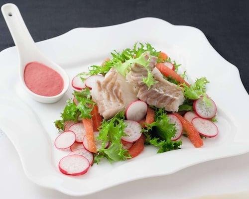Рыбный салат с вишневым соусом