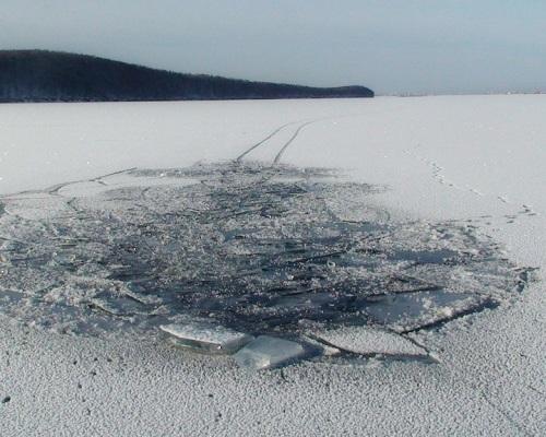 Зона риска: рыбалка по последнему льду — что делать, если вы провалились под лед