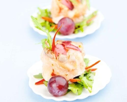 Рыба запеченная с сыром, креветками и виноградом