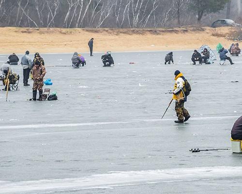 Мероприятие для спасения зимующей подо льдом озера рыбы в Амурской области